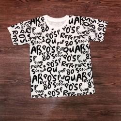 Áo thun với chữ cái của bảng chữ cái